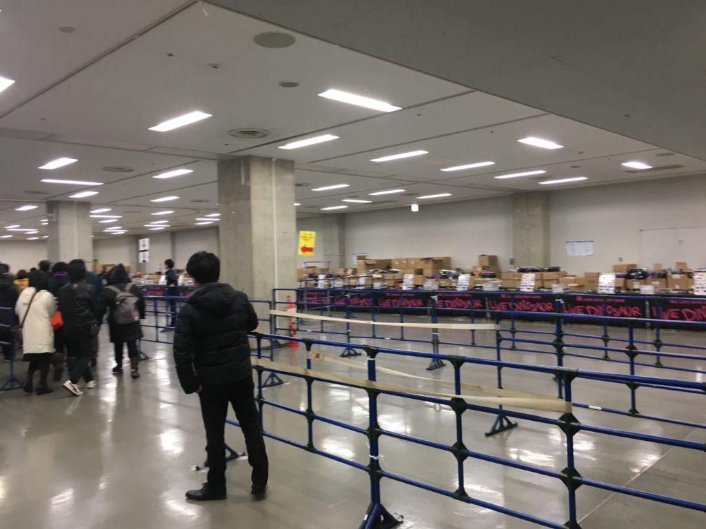 ライブダイナソーグッズ物販行列(中)